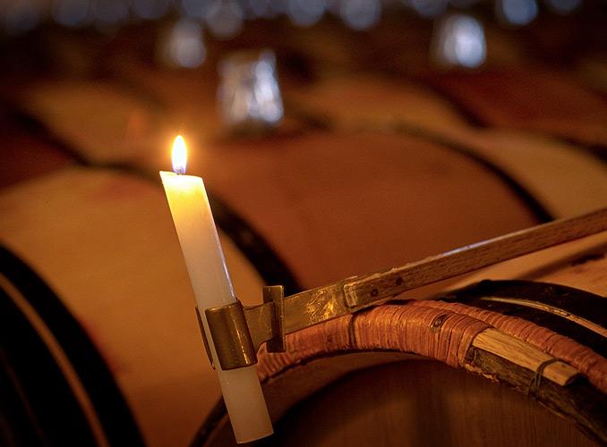 <p>アルコール醗酵後、スーティラージュ(澱引き)作業を行なう。樽から樽へワインを移し換え、樽底に沈澱した濁り(澱)を除去する作業である。この作業を繰り返すことでワインは明澄度と輝きを増す。明澄確認にはロウソクの光を使用する。</p>