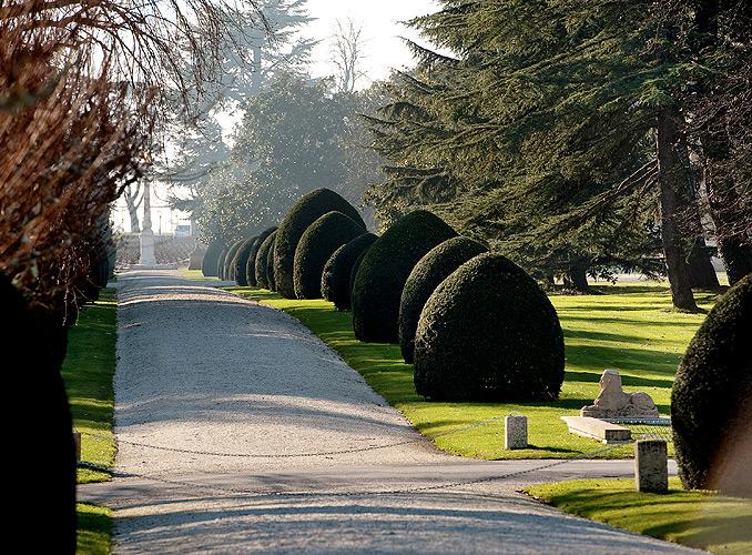 <p>イチイが植えられた庭園通路。シャトー・ムートン・ロスチャイルドのオベリスクへとのびる。</p>