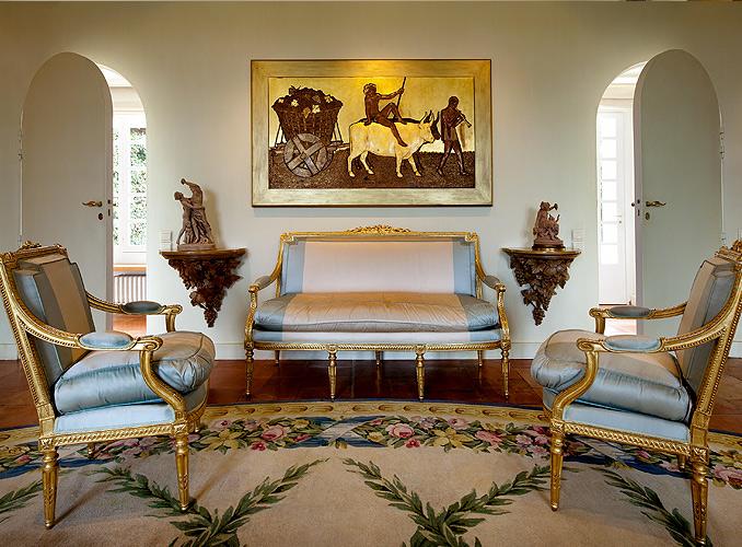 <p>「デュナンの間」には、著名漆アーティスト、ジャン・デュナンが、客船ノルマンディー号のために、収穫の舞をテーマに1930年頃制作した作品が飾られている。</p>