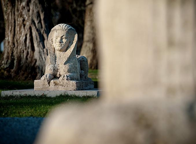 <p>罗思柴尔德木桐堡花园内的狮身人面像</p>