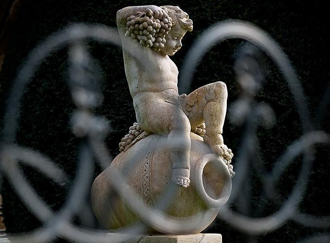 <p>ムートン・ロスチャイルド庭園内のバッカス像</p>