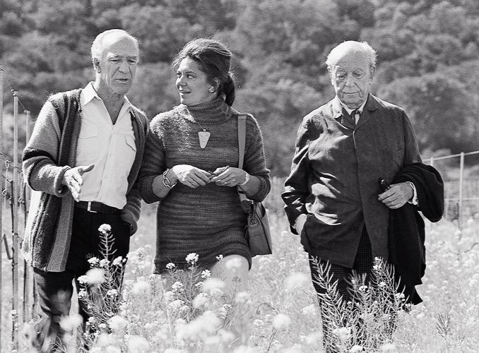 <p>De gauche à droite : Robert Mondavi, la baronne Philippine de Rothschild et son père le baron Philippe de Rothschild en Californie.</p>