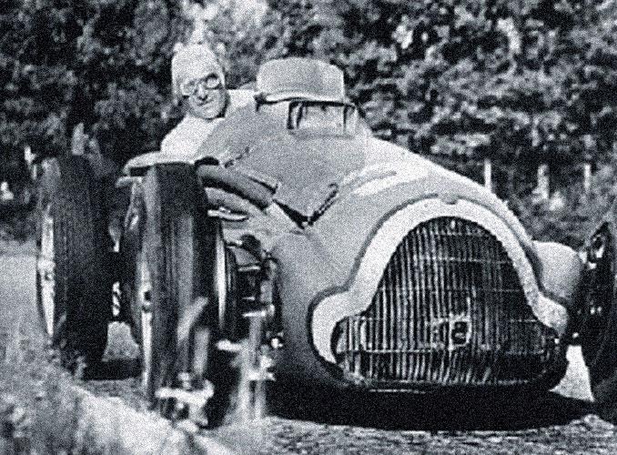 <p>Passionné de sport automobile, le baron Philippe au volant de sa Bugatti au cours d'un Grand Prix.</p>