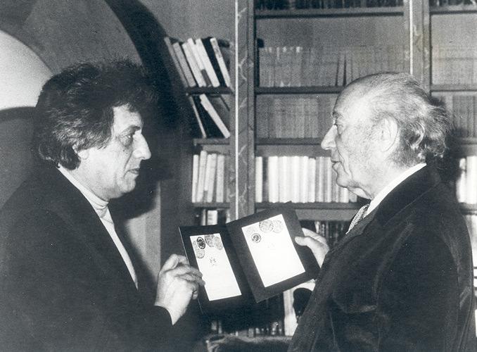 <p>Le baron Philippe avec l'artiste Jean-Paul Riopelle. Pour l'étiquette de Château Mouton Rothschild 1978, Riopelle avait composé deux projets entre lesquels le choix se révéla impossible : ils furent donc utilisés tous les deux pour chaque moitié de la récolte.</p>