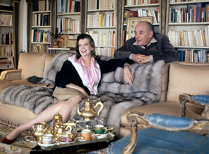 <p>Le baron Philippe de Rothschild en compagnie de sa seconde épouse la baronne Pauline (1908-1976), née Fairfax Potter et issue d'une famille d'Américains aisés de Philadelphie. Personnalité exceptionnelle par son goût et son originalité, elle a longtemps été créatrice de mode pour la haute société à New York et à Paris. Elle était aussi femme de lettres, et après son mariage avec le baron Philippe en 1954, elle l'a aidé dans sa traduction des pièces de Christopher Fry et de poésies élisabéthaines, ainsi que pour la conception du Musée du Vin dans l'Art.</p>