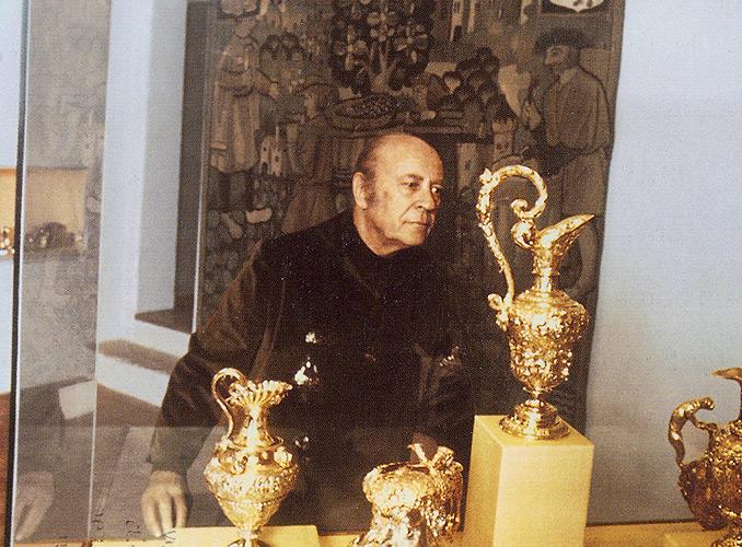 <p>Le baron Philippe contemplant des pièces d'orfèvrerie allemandes du 17e siècle, fleurons du Musée du Vin dans l'Art.</p>