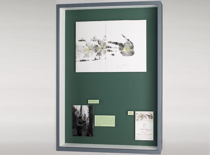 <p><strong>2005 Penone</strong></p> <p>Accueillie dans les plus grands musées, l'oeuvre de Penone, en constante évolution, a donné lieu à une rétrospective mémorable au Centre Pompidou, à Paris, en 2004. Dans son dessin pour l'étiquette de Mouton Rothschild 2005, il a choisi d'évoquer la « main verte » du vigneron, vivante expansion de la feuille de vigne, et aussi les doigts écartés du buveur… bientôt refermés sur un verre de Mouton !</p> <p>En 2013, Penone a été choisi comme artiste de l'année par le Château de Versailles.</p>