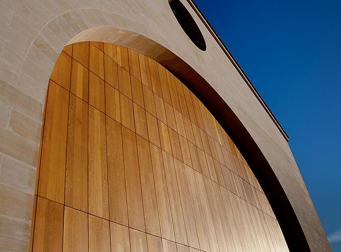 <p>Le nouveau cuvier de Château Mouton Rothschilddomine les vignesd&#8217;une hauteur de 16 mètres.</p>