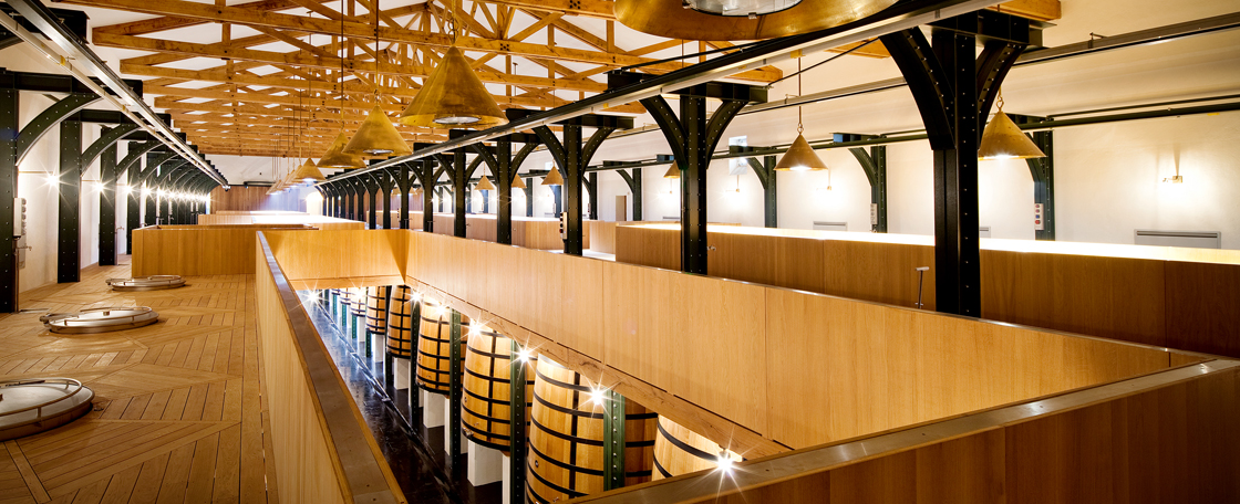 Built on two levels linked by elegant metal pillars, the Vat Room harmoniously combines wood and steel