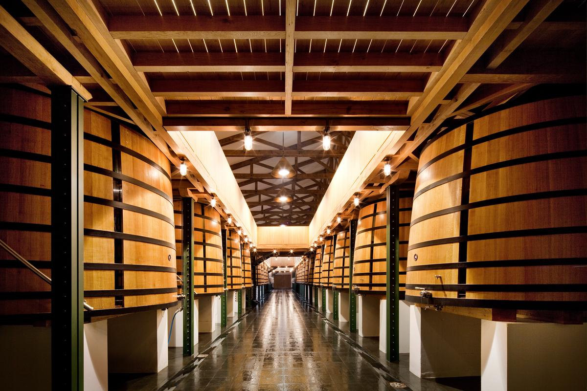 <p>En installant 28 cuves de vinification supplémentaires dans son nouveau cuvier, Mouton Rothschild en a exactement doublé le nombre, qui est aujourd'hui de 64.</p>