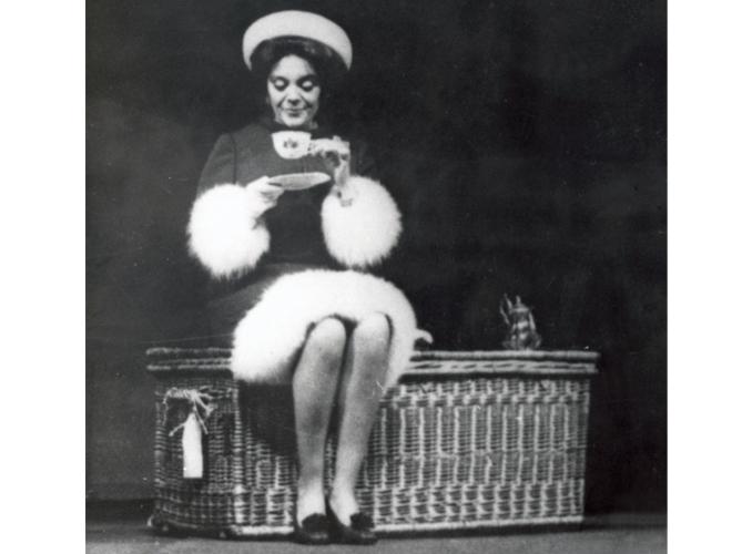<p>Comédienne réputée, la baronne Philippine de Rothschild mène une carrière théâtrale sous le nom de Philippine Pascal, notamment à la Comédie Française et dans la Compagnie Renaud Barrault. On la voit ici dans la pièce <em>Harold et Maude</em>, dans les années 1970.</p>