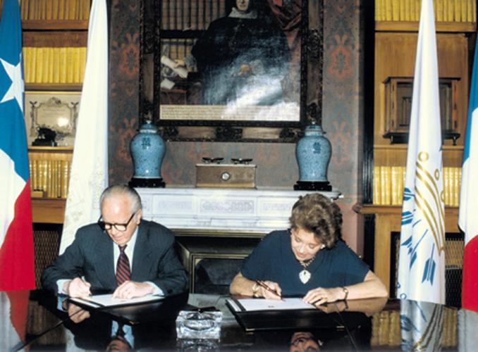 <p>La baronne Philippine de Rothschild et Eduardo Guilisasti Tagle, président de Concha y Toro, signent l'acte de naissance d'Almaviva en 1997.</p>