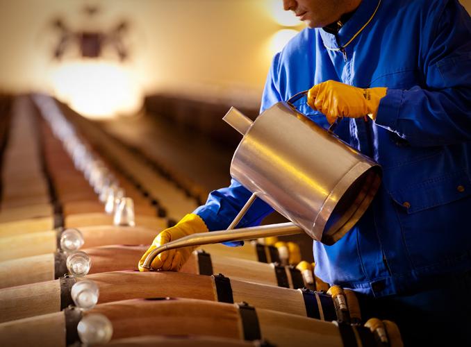 <p>Après la vinification, l'élevage s'opère dans des barriques de chêne neuves, et ses différentes étapes se déroulent dans le grande tradition médocaine : notamment l'ouillage, et le collage au blanc d'oeuf, qui vise à clarifier et stabiliser le vin en favorisant la précipitation des particules qui s'y trouvent en suspension.</p>