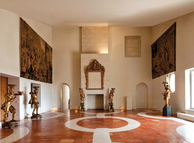 <p>天井部分の傾斜が特徴的な「すべり台(トボガン)の間」。タペストリーや像が置かれている。</p>